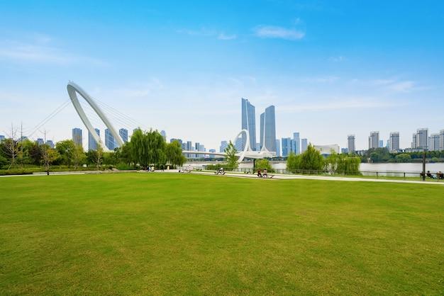 公園の芝生と南京市のスカイライン、中国