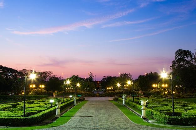 公園は夕暮れに近い。