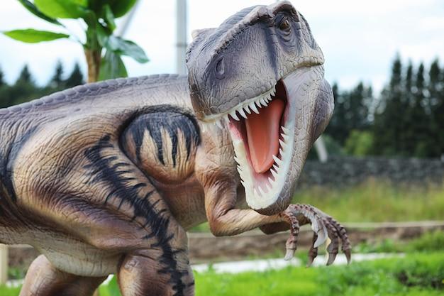 恐竜の公園。自然を背景にした恐竜。アミューズメントパークのおもちゃの恐竜。