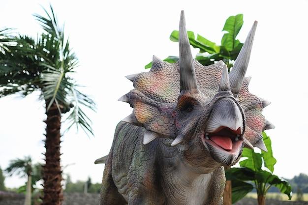 공룡공원. 자연을 배경으로 한 공룡. 놀이 공원에 있는 장난감 공룡.