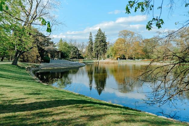 春のワルシャワのウヤズドフスキ公園