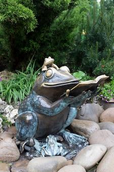 カエルの記念碑がある公園。本とカエルの銅像。ヒキガエルは子供たちに読みます