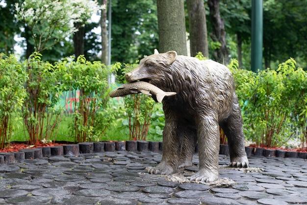 곰 기념비가 있는 공원. 먹이가 있는 곰 동상