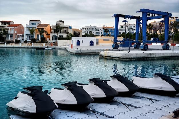 Припаркованные водные мотоциклы в порту вечером