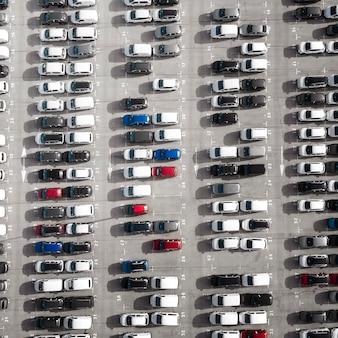 Припаркованные автомобили над видом