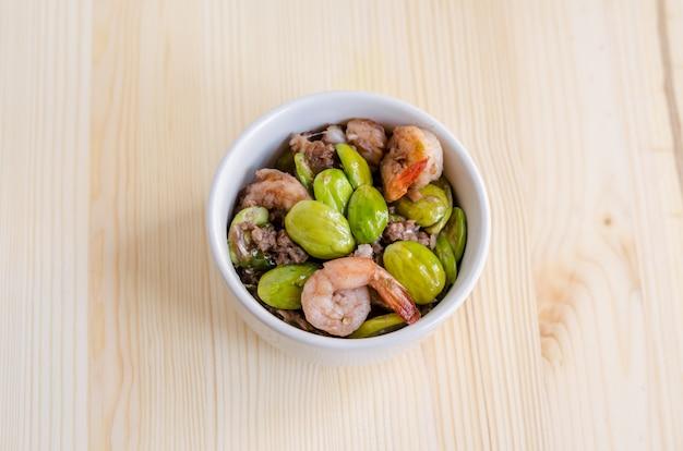 唐辛子とエビフープ(parkia speciosa)とエビソース、タイ料理のメニュー