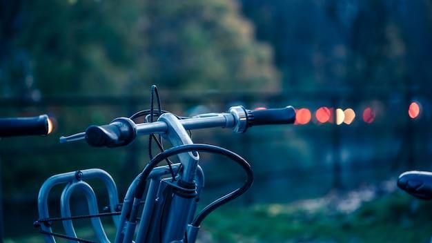 公共の公園で自転車を駐車場