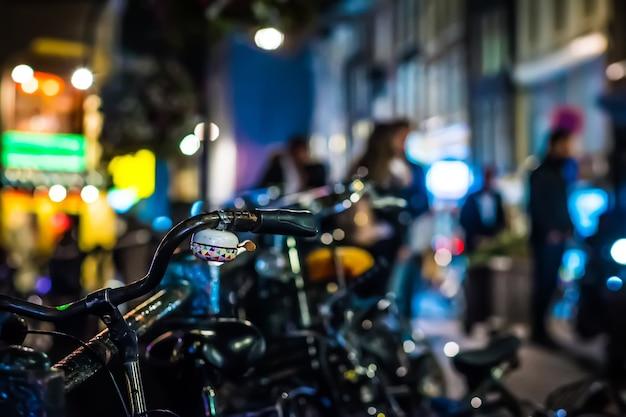 도시에서 밤에 자전거 주차