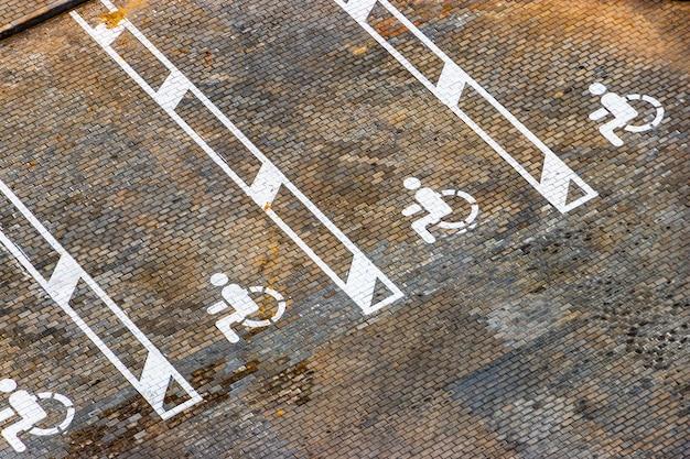 장애인 주차. 장애인 주차구역을 알려주는 표지판입니다.