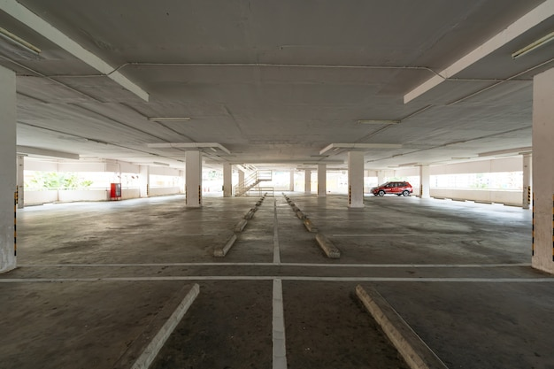 駐車場デパート内部空の駐車場またはガレージ内部ビジネスビル事務所