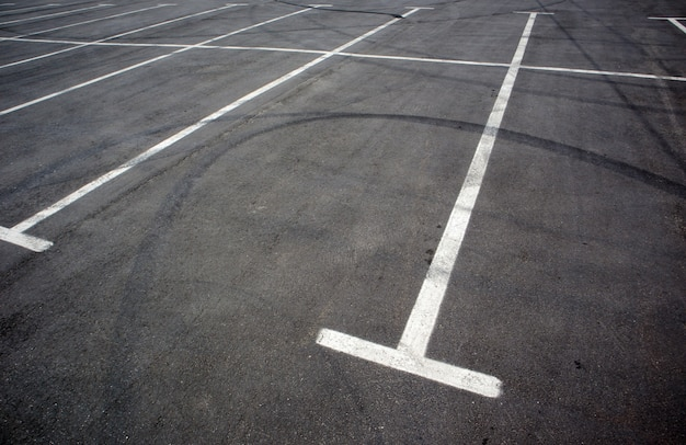 白い線でマークされた駐車場の駐車キオスク。空の駐車場。塗りたてのキオスクラインがある屋外駐車場。アスファルト道路の屋外駐車場。