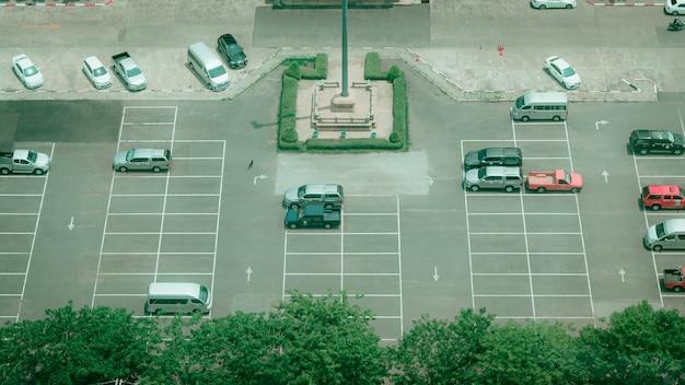 タイの役所前の駐車場