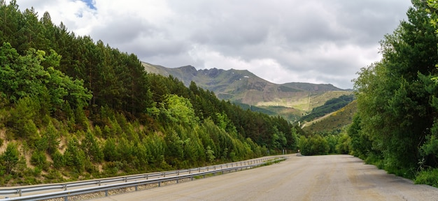 푸른 나무와 구름과 하늘 산악 도로에 주차장