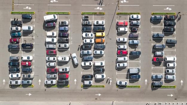 Стоянка с видом сверху на множество автомобилей, вид сверху, городской транспорт и городская концепция