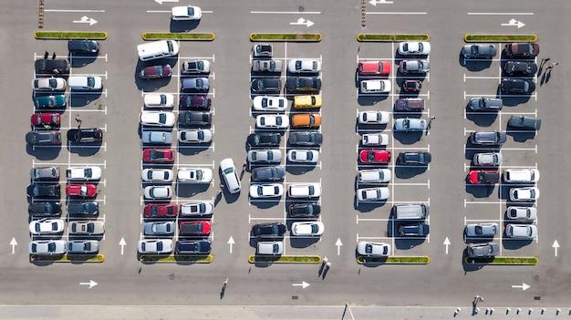 많은 자동차가있는 주차장 위에서 공중 최고 무인 항공기보기, 도시 교통 및 도시 개념
