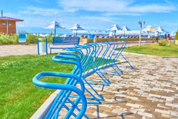 ビーチパラソルの背景に海の正面に自転車用の駐車スペース