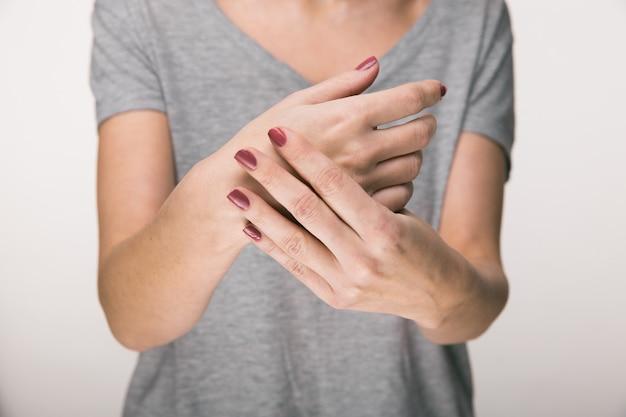파킨슨 병 증상. 파킨슨 병을 앓고있는 중년 여성 환자의 떨림 (떨림) 손 클로즈업. 정신 건강 및 신경 장애.