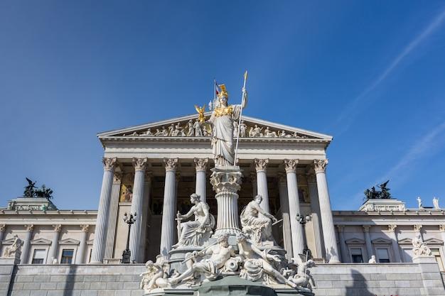 Экстерьер здания парламента в вене