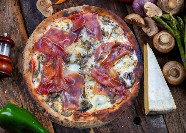 파르마 햄 피자 구운 브리 치즈와 버섯을 장작불에 굽는다