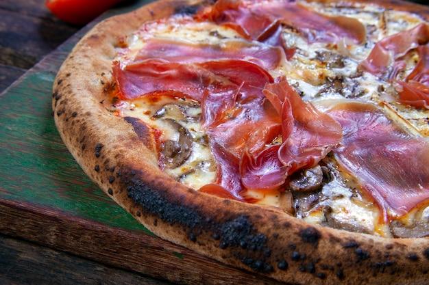 薪オーブンで焼いたパルマハムピザ