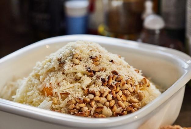 パルメザンチーズを食器の材料に加えてチャードパイを作ります。ステップバイステップのレシピ。