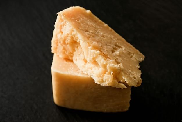 Сыр пармезан на черном камне
