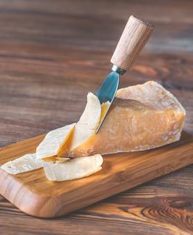 Сыр пармезан на каменной доске