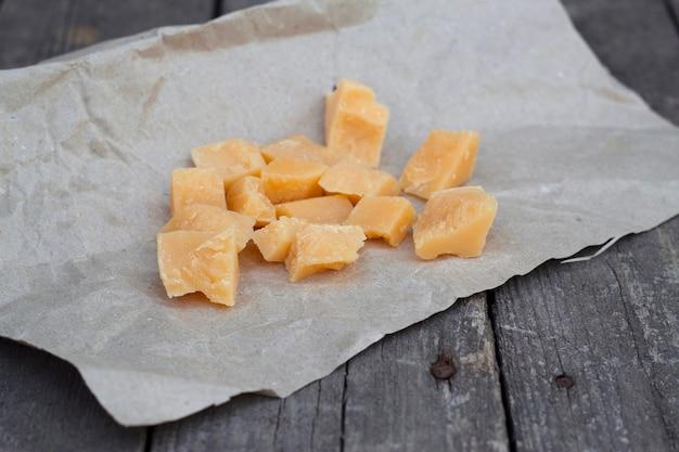 나무 테이블에 파마산 치즈 조각