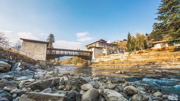 宮殿と川を渡る橋、paro rinpung dzong、bhutan
