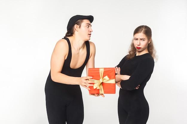 Пародия, этюд. плохой день рождения и подарок! женщина гнева, смотрящая на камеру. съемка в помещении