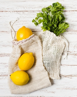 健康でリラックスした心のためのパセリとレモン