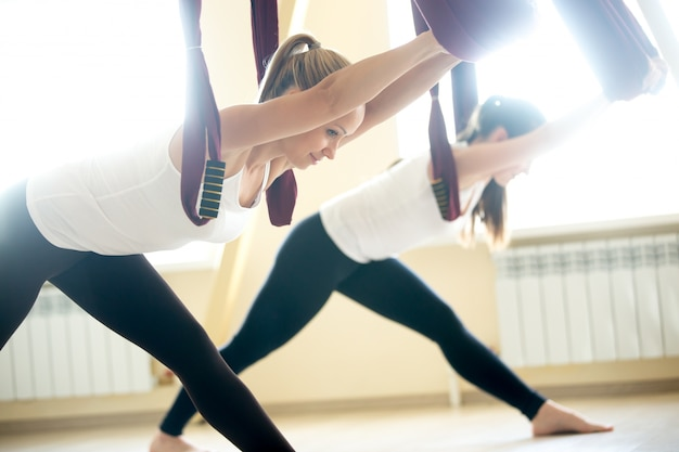 Парсвоттанасана йога позирует в гамаке