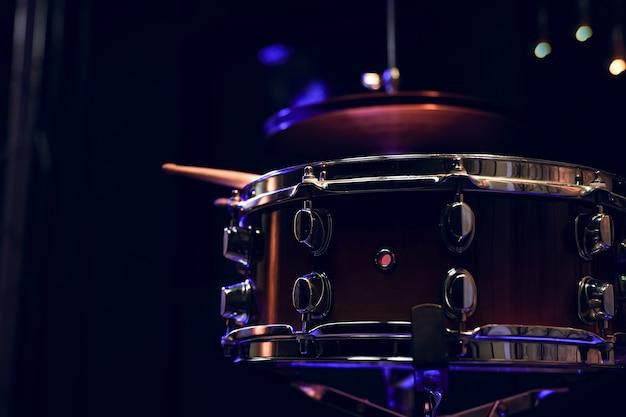 Parte di una batteria al buio con una bella illuminazione. concerto e concetto di performance.