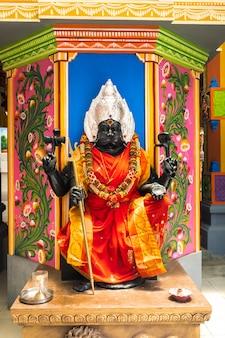 모리셔스 섬에 있는 아름답고 다채로운 인도 사원의 일부입니다. 인도 신들의 조각과 동상에 대한 클로즈업