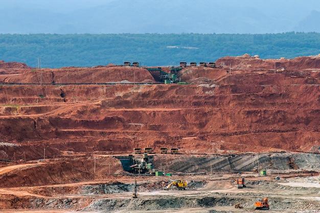 大きな鉱山トラックが働いているピットの一部