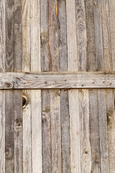금속 못으로 두드린 오래된 보드로 만든 벽의 일부
