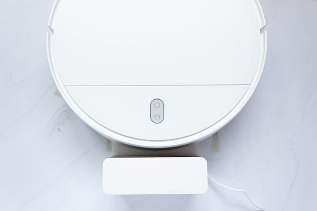 흰색 로봇 진공 청소기 및 충전기, 평면도의 일부