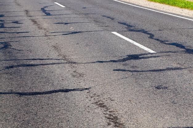 損傷のあるアスファルト道路の一部