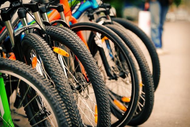 自転車の一部がホイールとギアをクローズアップ