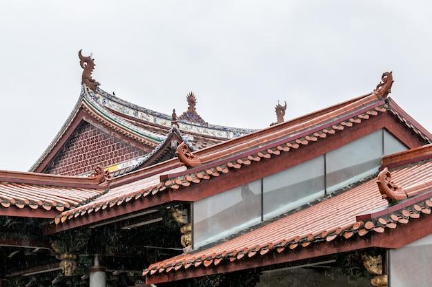 雨の中の中国の伝統的な仏教建築の一部