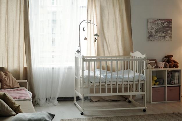 生まれたばかりの赤ちゃんの居心地の良い寝室の一部