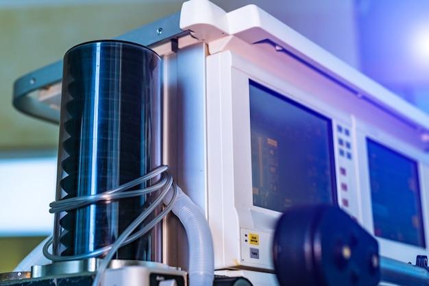 Часть оборудования для механической вентиляции. диагностика пневмонии. вентиляция легких кислородом. covid-19 и выявление коронавируса. пандемия.