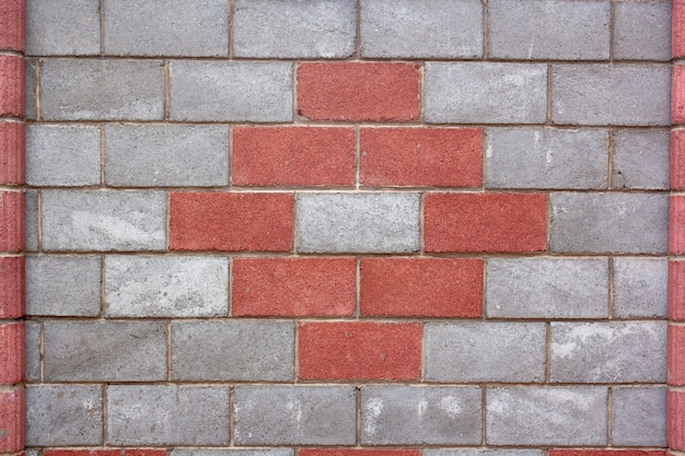 Часть забора из блоков с красным рисунком. горизонтальное изображение.