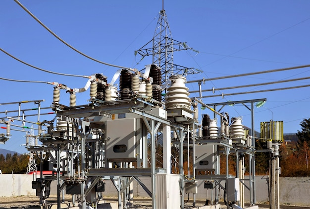 スイッチと断路器を備えた高電圧変電所の一部。