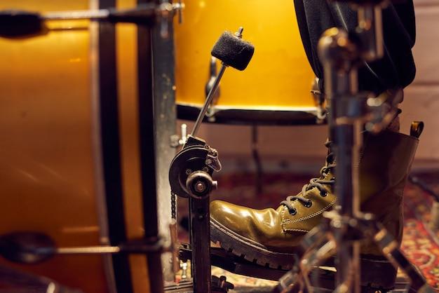 스튜디오에서 드럼 키트의 페달에 드러머의 다리 부분