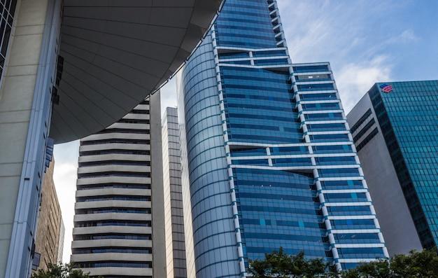 Часть современного здания и синие стеклянные небоскребы