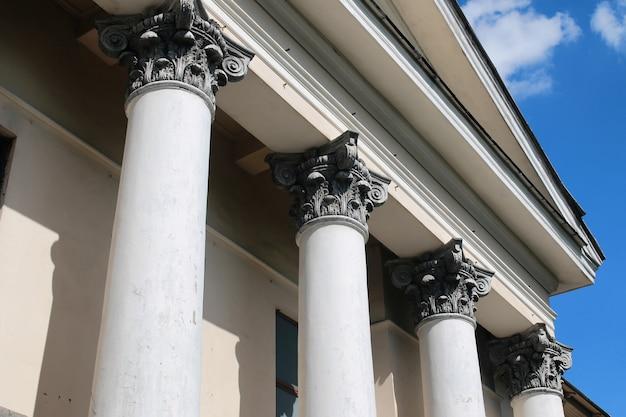 오래 된 버려진 기둥 건물의 일부