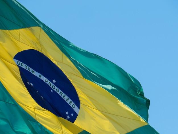 風になびくブラジルの国旗の一部。ブラジルの国旗。注文と進捗状況