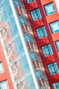 赤と青のファサードのモダンな建物の一部