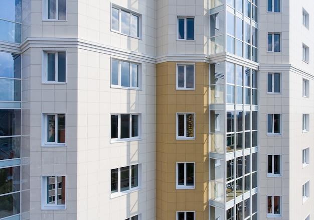 Часть фасада дома с окнами в городе